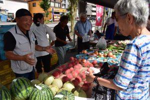 0703農ライフ創生センター実習生が野菜を販売(1)