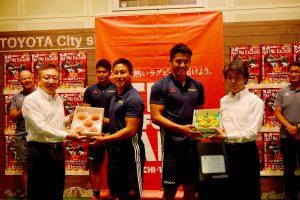 0809とよたの梨と桃で激励 地元ラグビーチームに贈呈(1)
