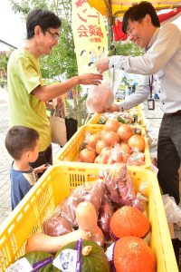 1009ローン相談会 地元野菜をプレゼント(1)